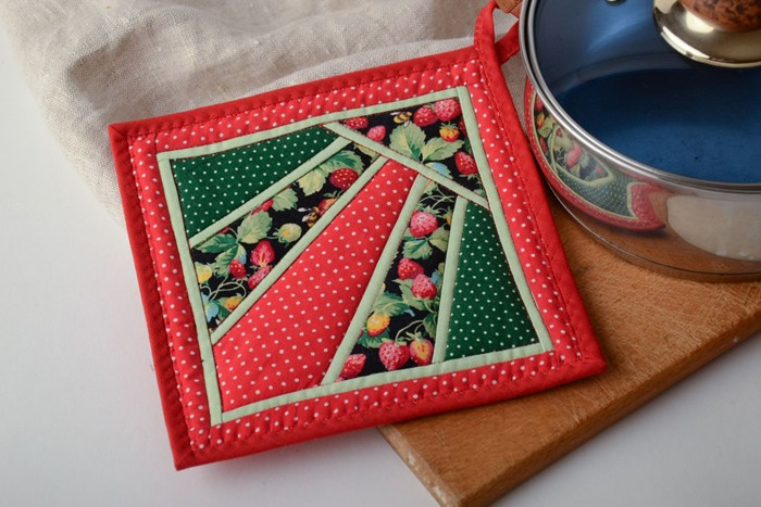 Текстиль в кухне имеет практическую ценность, а когда прихватки так хороши, то и готовить в радость