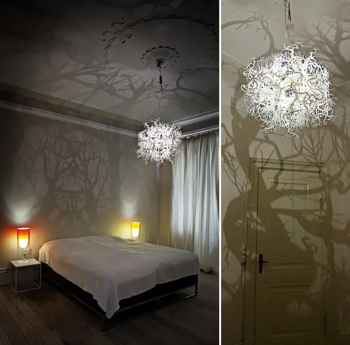 Таинственный лес в доме вечером организует весьма интересного вида лампа. Собираем много тонких и веточек, которые хорошо ветвятся, окрашиваем их в нужный цвет и склеиваем в абажур
