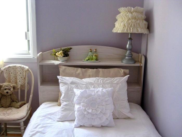 В спальне в углу приютится очаровательный текстильный абажур, а на кровати прекрасно улягутся самодельные подушки