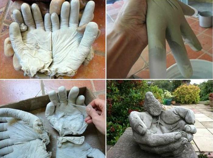 Резиновые перчатки наполняют цементом, немного уточняют форму будущих ладошек и оставляют на просушку. Резину обрывают, а в саду появляется или новый чудесный горшочек, или поилка для птиц