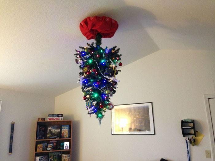 Ёлочка под потолком: никто не достанет красавицу и не испортит дорогие игрушки