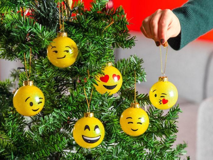 Креативно будет смотреться деревце, украшенное смайликами. Раскрасить можно старые шарики или купить заготовки