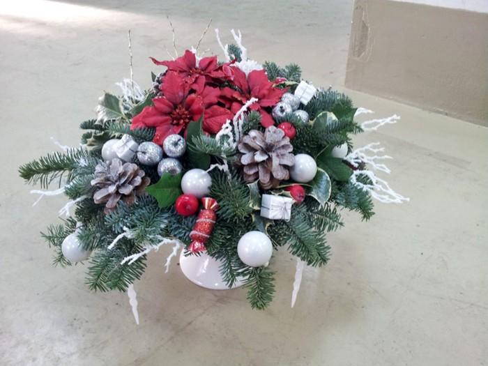 Элементами композиции становятся небольшие декоративные подарки и ветки с искусственным снегом