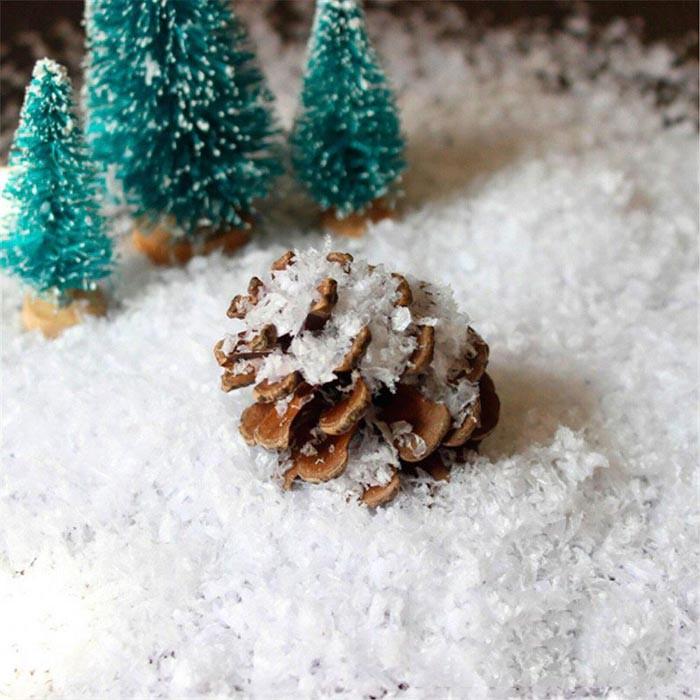 Домашний способ изготовить снежную стружку заключается в использовании мыла белого цвета и мелкозернистой тёрки