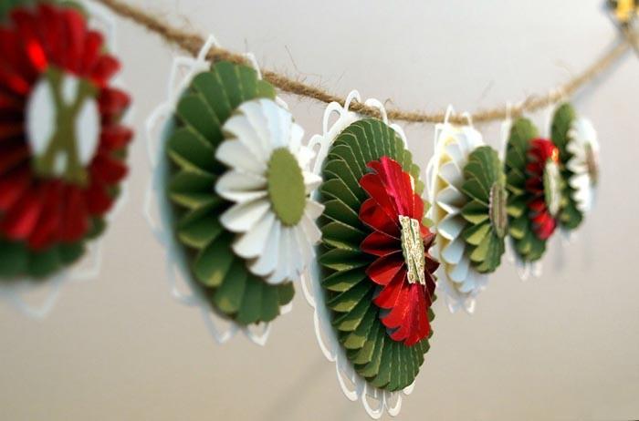 Цвета гирлянд подбирают в тон новогоднему дизайну, что ещё больше подчеркнёт праздничную красоту
