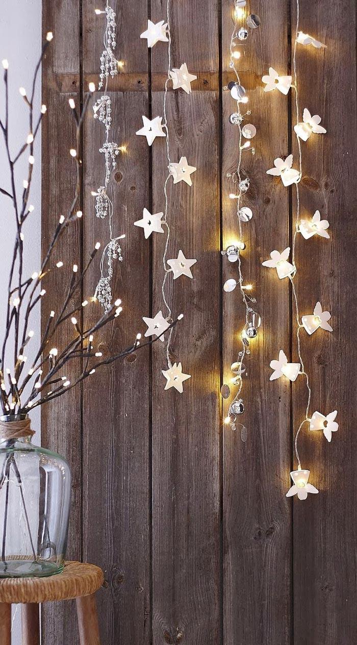 Стену можно задекорировать небольшим количеством светодиодных гирлянд