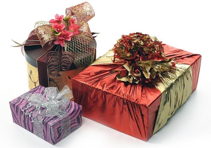 Подарки под ёлку прослужат декором до момента их открытия, и будет очень красиво, если они сами по себе будут оформлены в едином стиле с залом