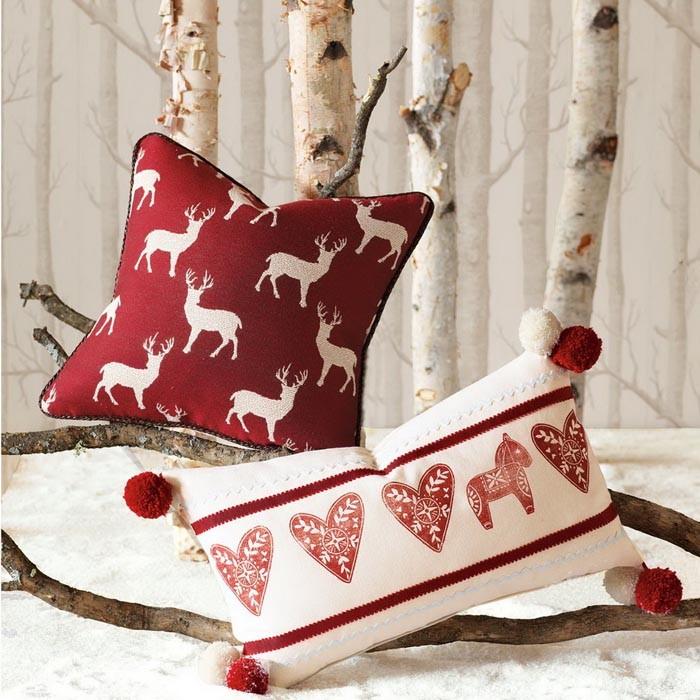 Шерстяные подушки и покрывала, меха — зимний вариант с тематическим орнаментом становится фоновым дизайном для оформления