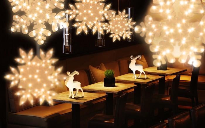 Свисающие гирлянды сделают вечер атмосферным и немного романтичным