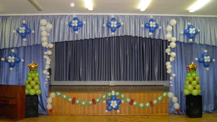 Воздушные шарики и красивы, и отвечают всем требованиям к оформлению актового зала