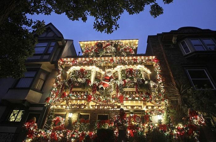 Иллюминация и новогодне-рождественский декор привлекают потенциальных покупателей. В результате, дорогостоящее оформление окупается
