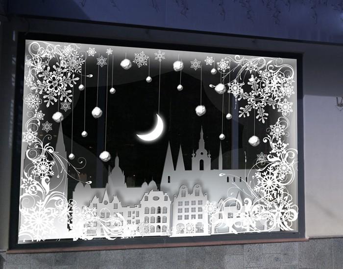 Подсветка, установленная таким образом, что она высвечивает передний план, создаёт таинственный эффект зимнего города
