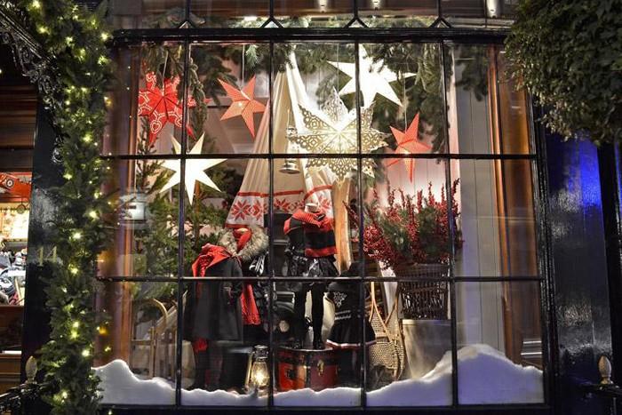 Декором, который смотрится ненавязчиво, но привлекает внимание, могут стать крупные фигуры звёзд, снежинок, ёлочных шаров