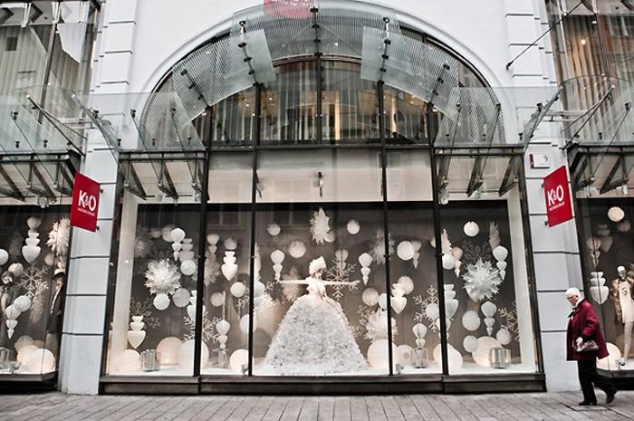 Многие под Новый год освобождают витрины от товара, полностью отдавая её в распоряжение праздничного убранства. Такие витрины ещё больше привлекают людей своим оформлением