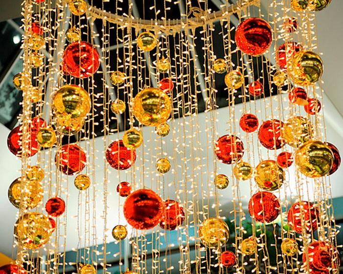Светодиоды часто перемешиваются с другим декором. Отражение от ёлочных глянцевых шаров добавляет искрящегося света