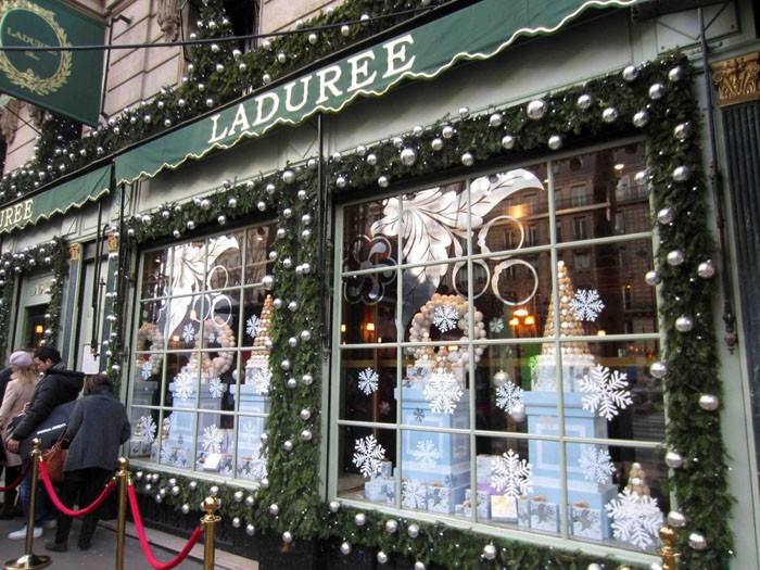 Дух Рождества чувствуется всюду. Внешний декор витрины выше всяких похвал