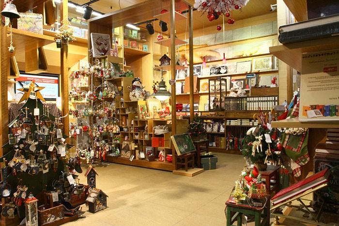 И в небольшом магазинчике всегда найдётся место для оригинальных украшений