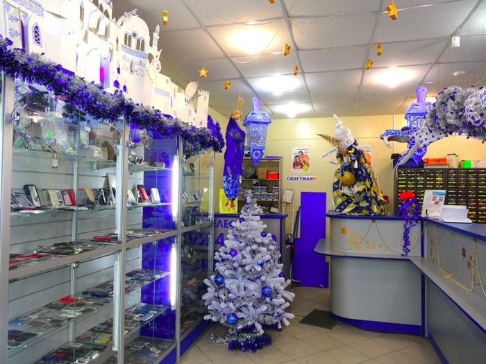 В небольших магазинах цвет украшений подскажет мебель