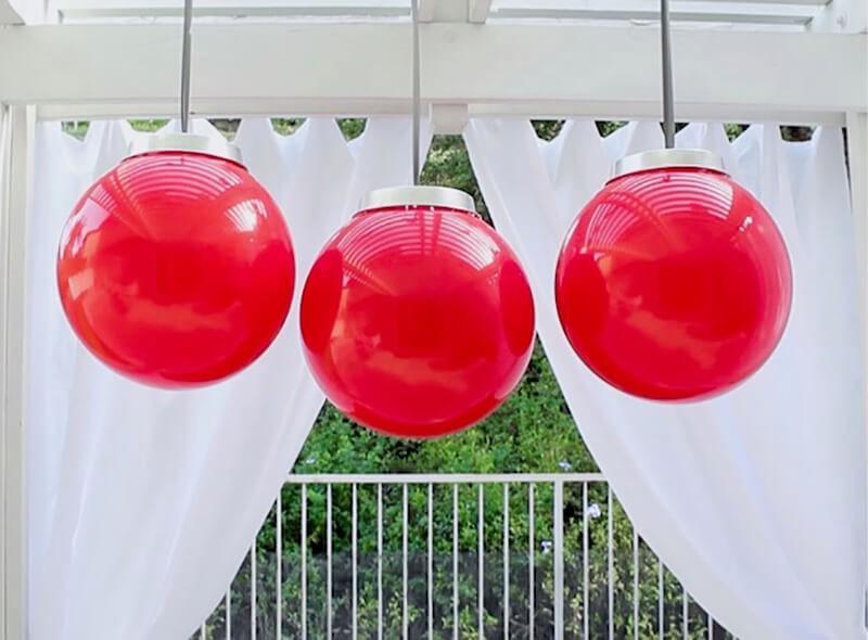 Из резиновых больших мячей тоже получаются шикарные подвески