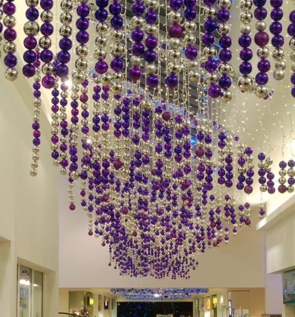 Длинные залы превращаются в сказочный мир, если создать интригующую дорожку из блестящих ёлочных шаров, подвешенных на потолок, словно волшебная река