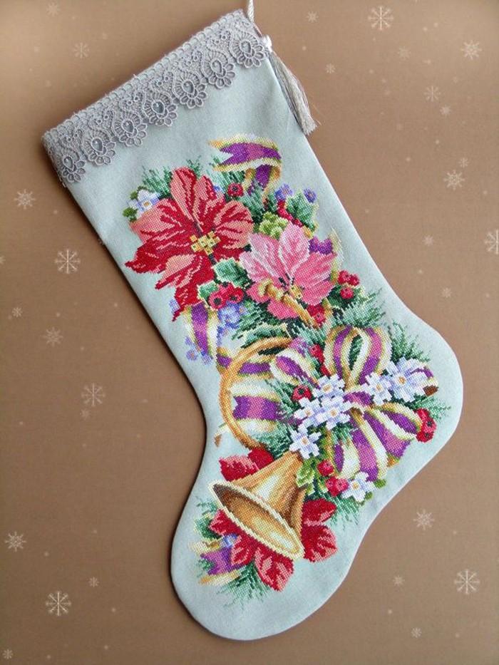 Используют вышивки и в подарочных сапожках-носках, которые вешают над камином