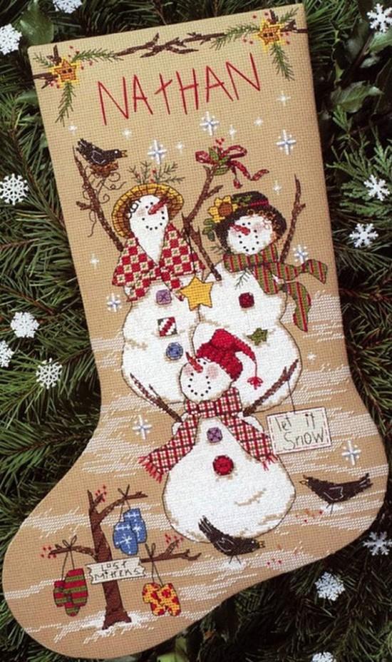 Такой сапожок над камином уже сам по себе идеальное украшение Нового года