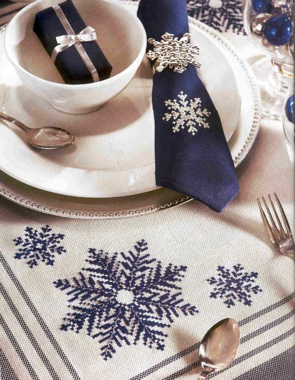 Даже небольшой элемент превратит простой стол в новогодний, по-королевски украшенный