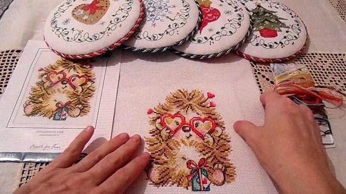 Всё большей популярностью пользуются вышитые посхемаммедальки-пинкипы. Эти украшения с соответствующей темой становятся отличным новогодним декором свышивкой крестом