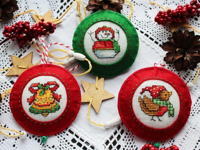Такие ёлочные игрушки будут храниться долгие годы, радуя Вас каждый Новый год. И для таких красивых вышитых игрушек на ёлку существуют разные схемы