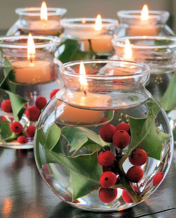 В красивые баночки кладём листья падуба или гроздь рябины, наливаем воду и опускаем свечки