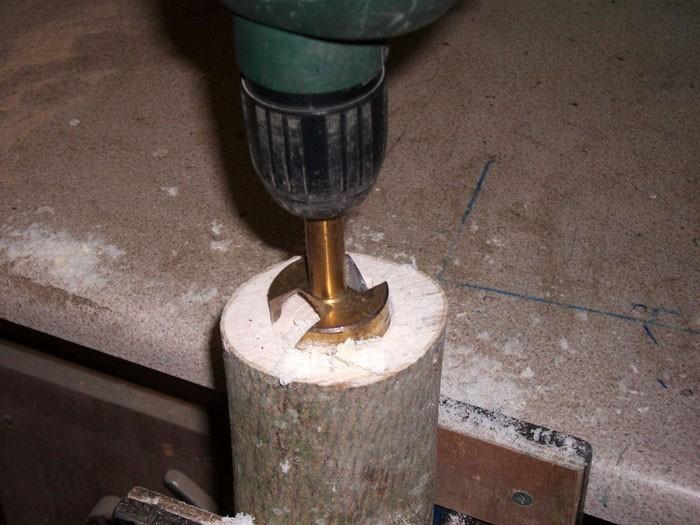 Чтобы свеча проходила внутрь, потребуется дрель со специальной насадкой