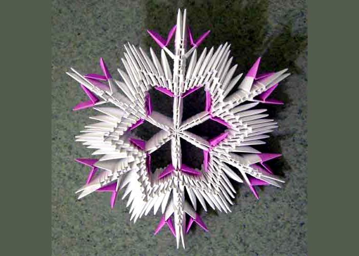 Из треугольных модулей тоже собирают снежинки. Можно свободно экспериментировать с их формой. Если что-то не вышло, недолго разобрать всю конструкцию, и собрать её вновь