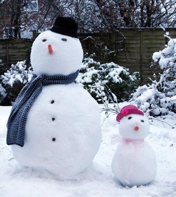 Дети могут самостоятельно слепить маленького снеговичка