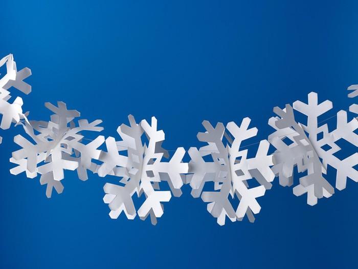 Если посередине соединить одинаковые снежинки и протянуть через них нить, получится прекрасная гирлянда