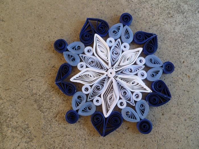 Цветные полоски внесут совершенный колорит в снежинку