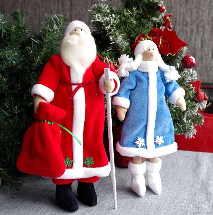 Дедушка Мороз и Снегурочка раньше стояли под каждой ёлкой. Теперь они стоят не только в тени хвойного деревца, но и помещаются у камина и даже на стол