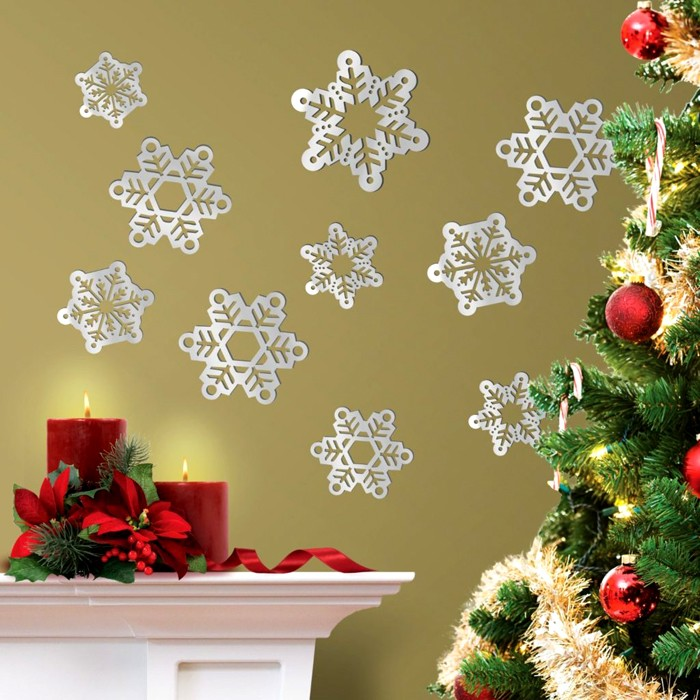 Привычные всем снежинки можно вырезать не только из белой и цветной бумаги. К нашим услугам и бархатная бумага, и фольга, и пекарская бумага, и газетные листы, нотные листы, бумага для скрапбукинга
