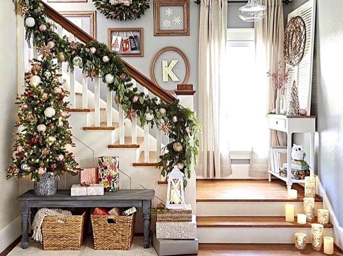 Подножье лестницы в отсутствие в доме шустрых домашних животных и любопытных маленьких детей стоит украсить подсвечниками или напольными фигурками
