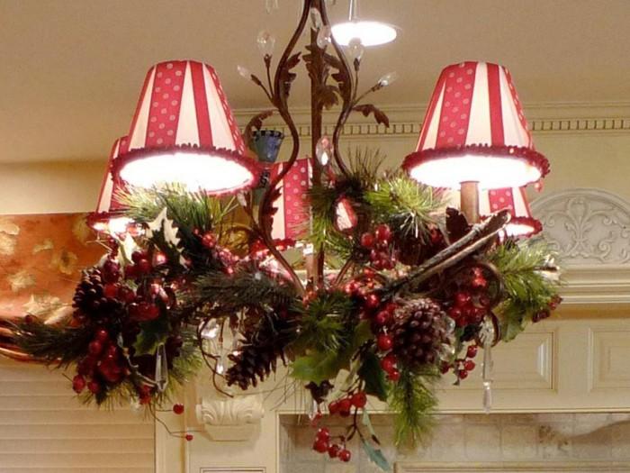 Люстра станет прекраснее с таким декором. Не забываем, что размещать легковоспламеняющиеся предметы рядом с лампами опасно!