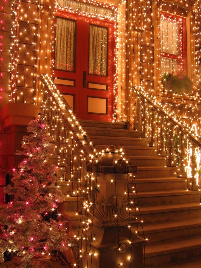 Вместо новогодних украшений на домлучше повесить обилие светодиодов: и празднично, и красиво