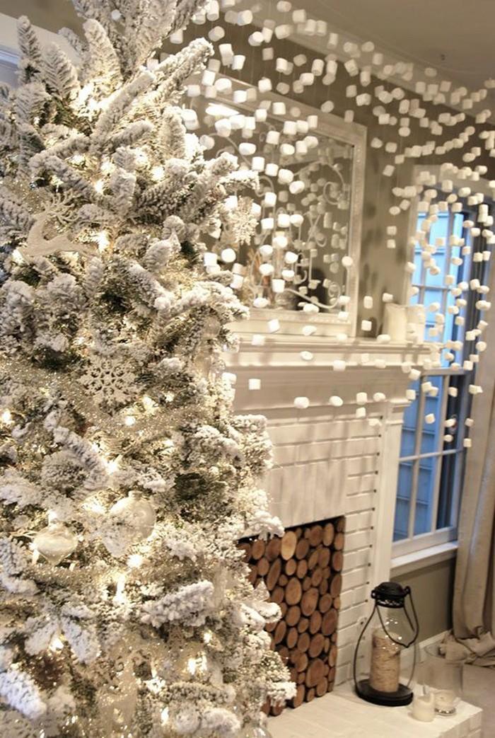 Вариации белого в декоре имитируют снежное покрытие. Использование белого цвета должно быть разбавлено серыми и серебристыми оттенками, иначе ожидаемый эффект не получится