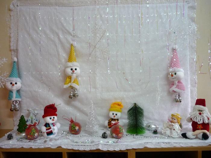 Стену может украсить композиция из новогодних детских поделок