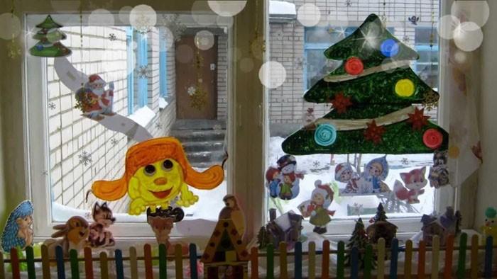 По старинке до сих пор разрисовывают окна. Способ неплох, но вот стоит подумать о том, что смывается такое творчество трудновато