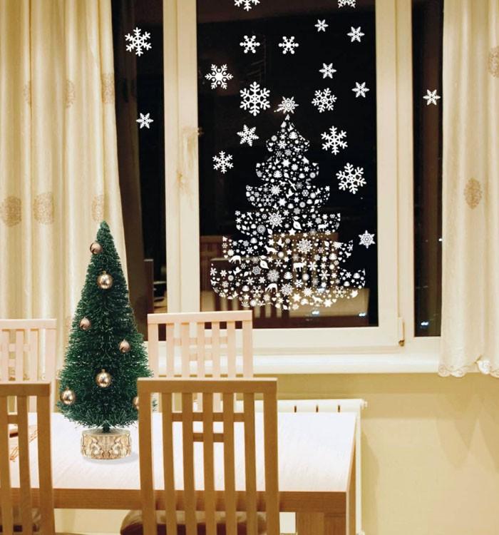 Из вырезных бумажных снежинок составляют различные фигуры на окнах