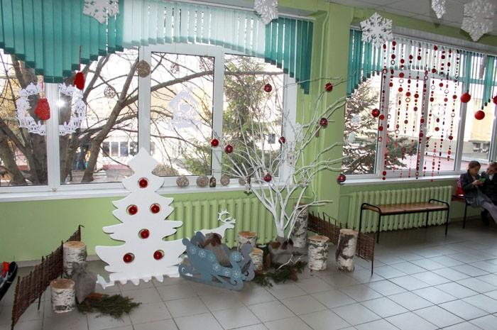 Инсталляции делают из разных материалов. Например, это может быть сценка из новогодней сказки
