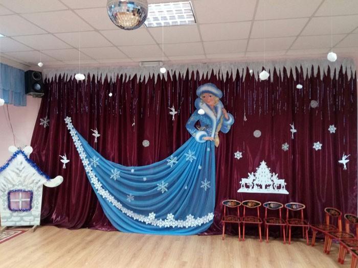 2Д фигуры из текстиля и бумаги используются как тематический фон. На заднем плане делают снеговиков, заснеженную деревушку или несколько ёлок