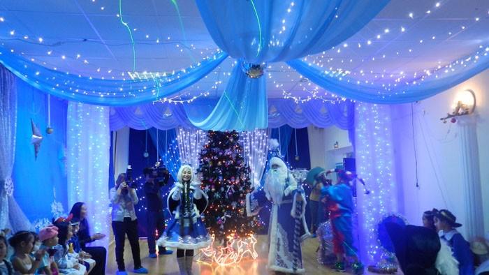 Длинными отрезами прозрачных тканей создают настоящий новогодний шатёр, который можно сравнить с залом замка Снежной Королевы