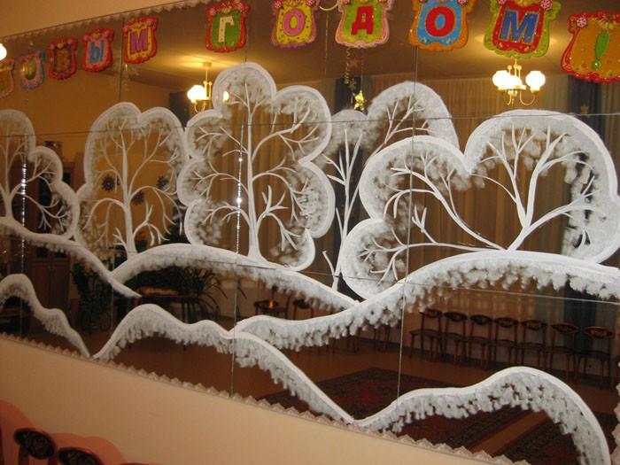 Если в зале есть уголок с зеркалами, их также декорируют. Окрашивание делают с помощью кисточки с жёсткой щетиной, зубной пасты и воды