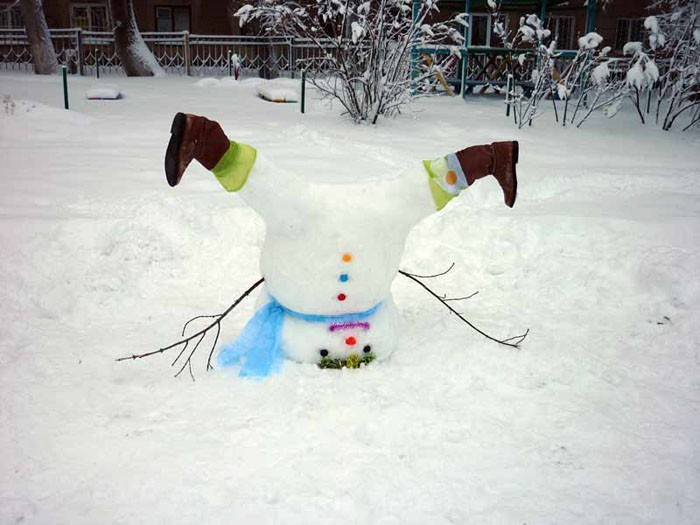 Весёлые снеговики порадуют даже пап и мам, спешащих на работу