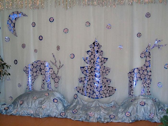 Из полисилка и обычных бумажных снежинок готовится восхитительное оформление. Плёнка из полисилка продаётся в канцелярских и цветочных магазинах